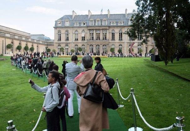 407503_des-gens-font-la-queue-dans-les-jardins-du-palais-de-l-elysee-a-paris-lors-des-journees-du-patrimoine-le-19-septembre-2009